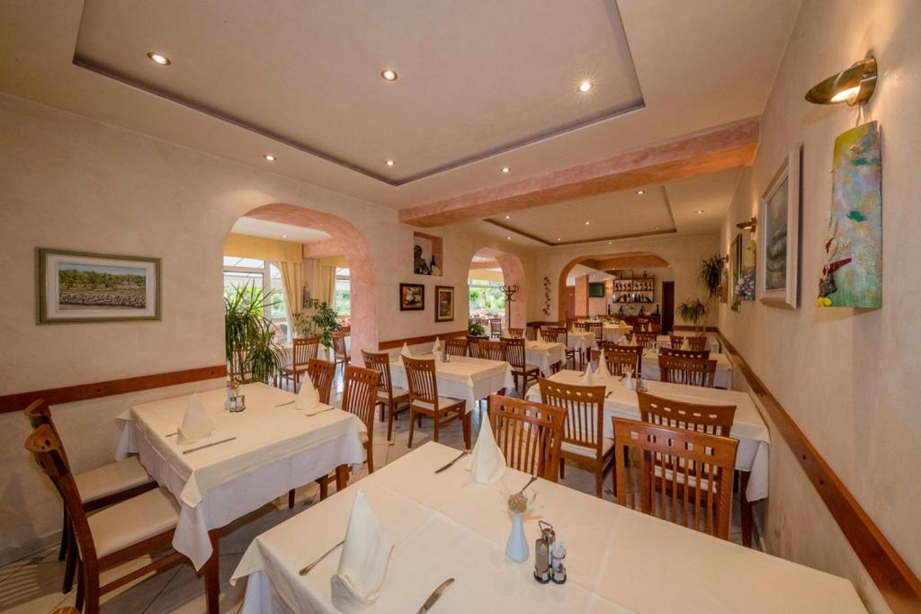 A restaurant or other place to eat at Apartments Dionis