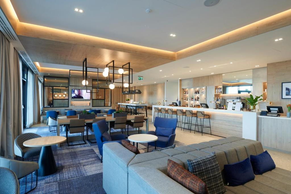A restaurant or other place to eat at Courtyard by Marriott Inverness Airport