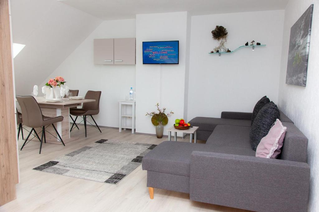 A seating area at Luft Apartments nahe Messe Düsseldorf und Airport 3B