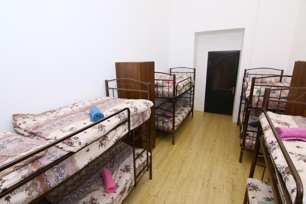 Uma ou mais camas em beliche em um quarto em Empe rial hostel