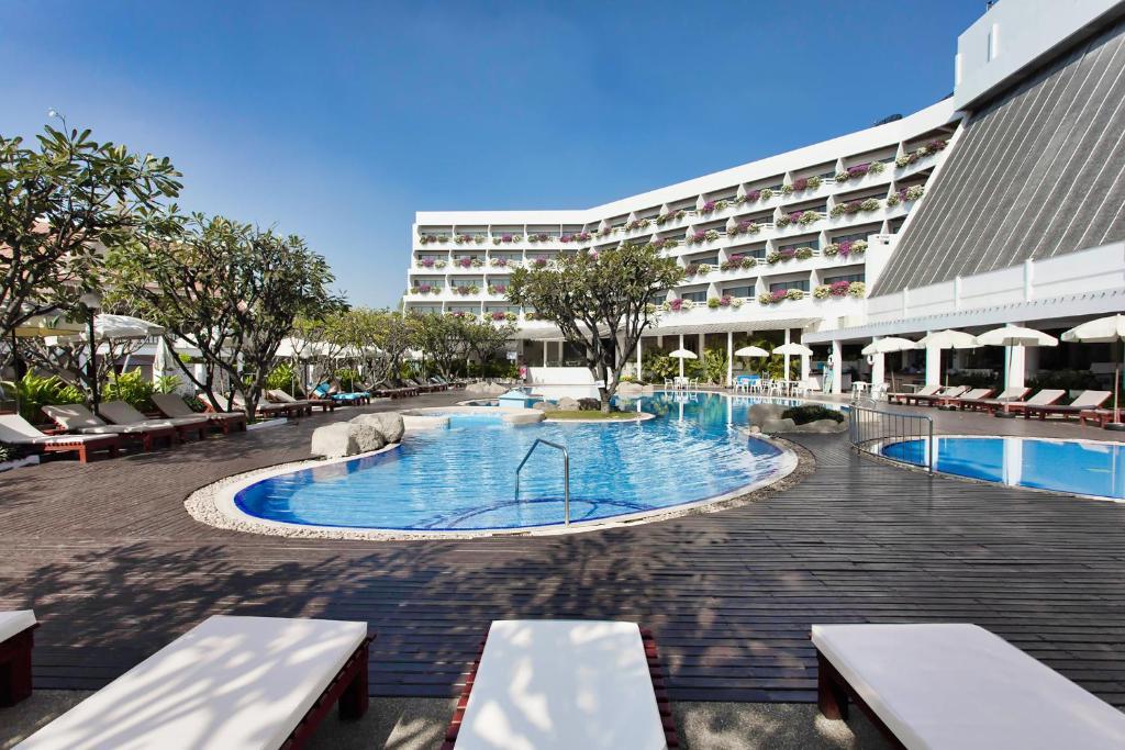 Het zwembad bij of vlak bij Methavalai Hotel