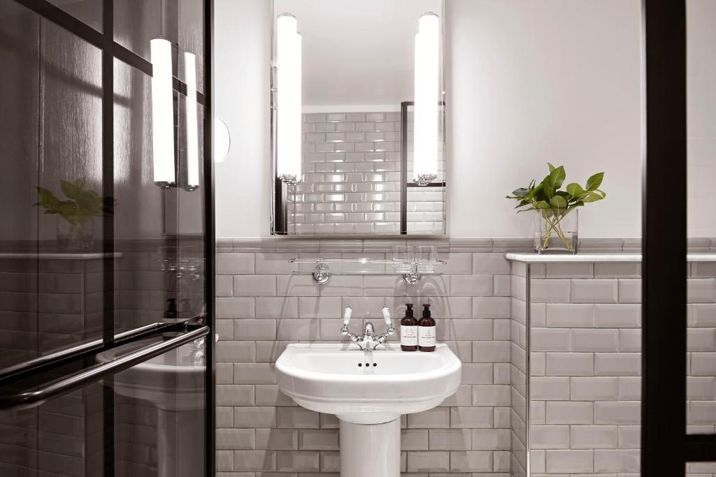 A bathroom at Kimpton - Fitzroy London, an IHG Hotel