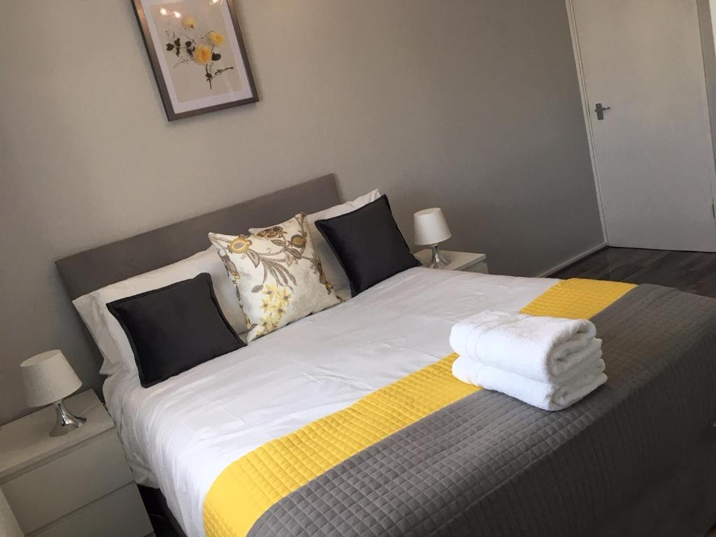 A bed or beds in a room at Peaceful 3 Bed Apartment