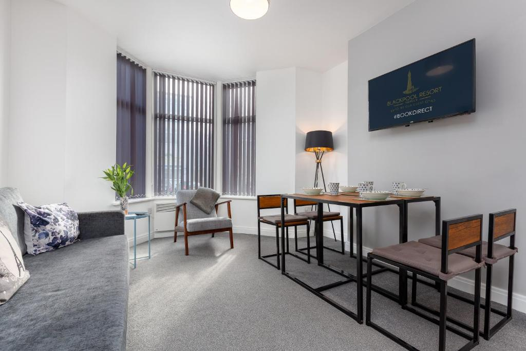 A television and/or entertainment centre at Reads Court Holiday Apartments