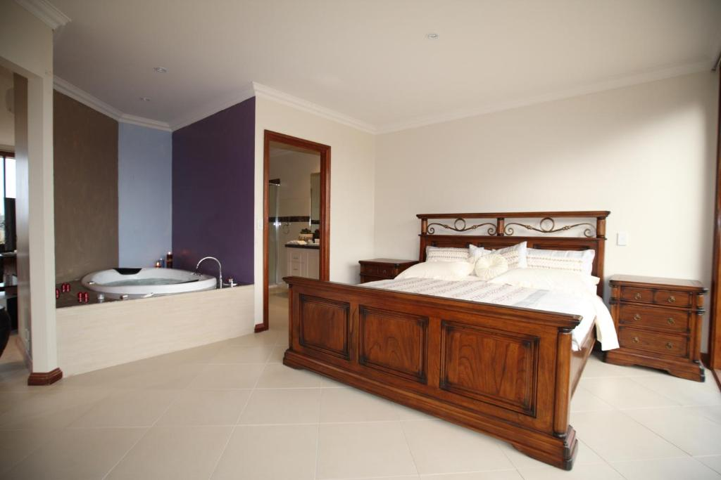 A bed or beds in a room at Aurora Cottages - Bellfield Retreat