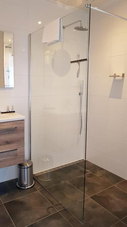 A bathroom at Hotel dependance Anna's zusje