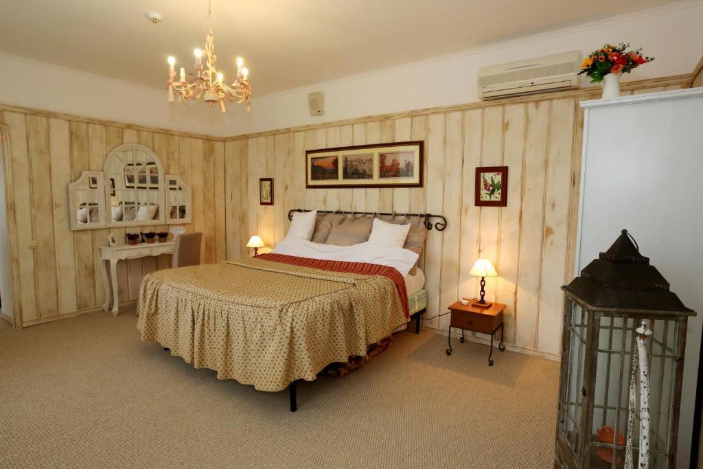 """Кровать или кровати в номере Кантри-отель """"Березки"""""""