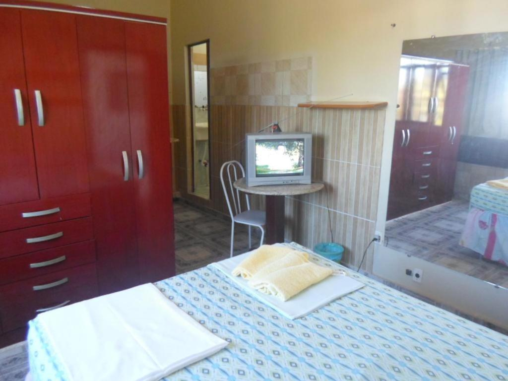 Uma TV ou centro de entretenimento em Hostel Palmas Centro Da Cidade