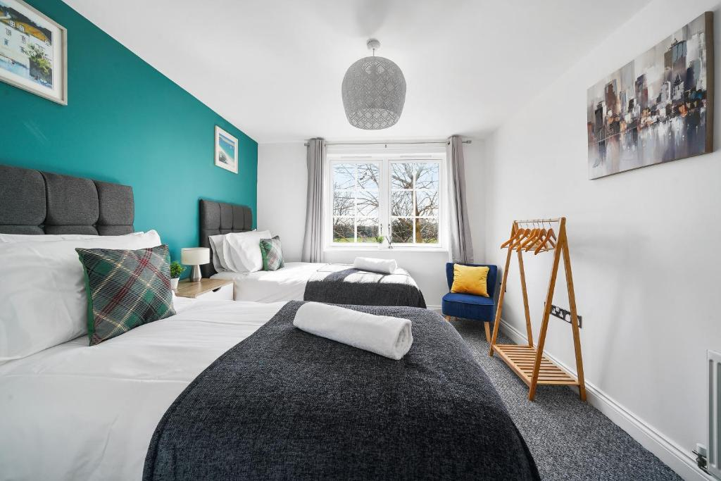 A bed or beds in a room at Modern Luxury 2 Bed Apartment 6 Guests En-Suite Netflix Wi-Fi