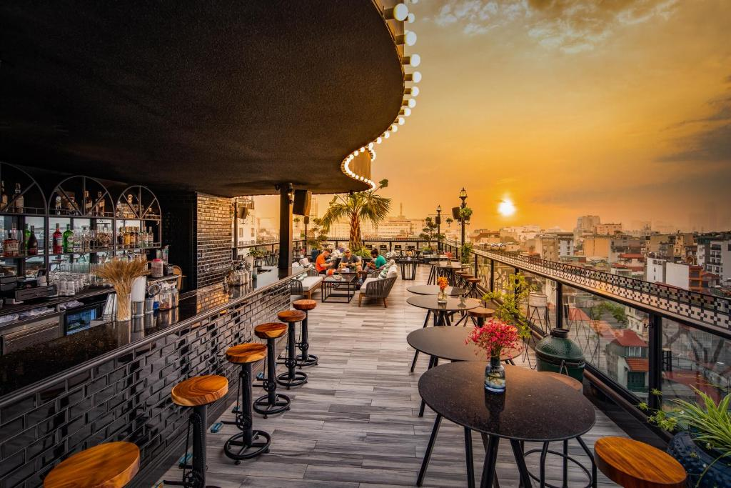 A restaurant or other place to eat at Solaria Hanoi Hotel