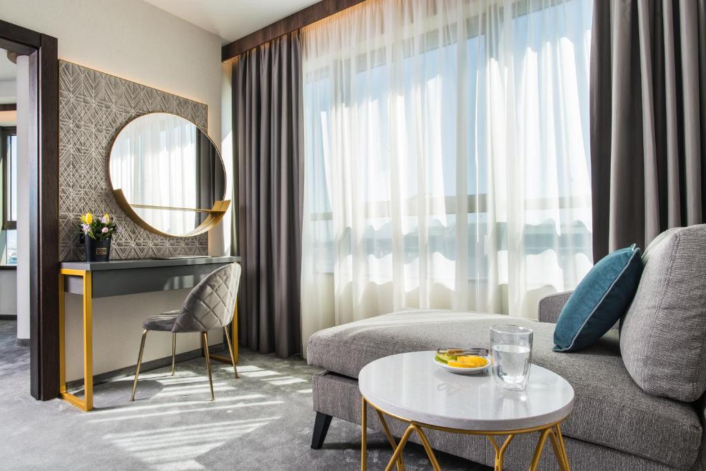 Ein Sitzbereich in der Unterkunft Rosslyn Central Park Hotel Sofia