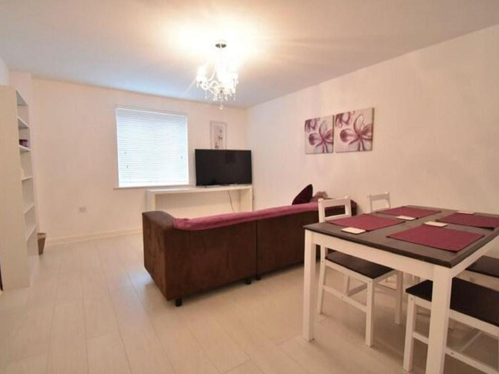 A television and/or entertainment center at Alluring Apartment in Coventry near the Industrial Estate