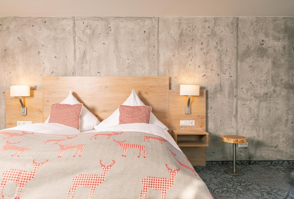 Ein Bett oder Betten in einem Zimmer der Unterkunft Genusshotel Hirschen - Erholung im Grünen (Südschwarzwald)