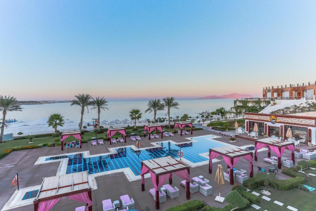 منظر المسبح في Sunrise Arabian Beach Resort او بالجوار