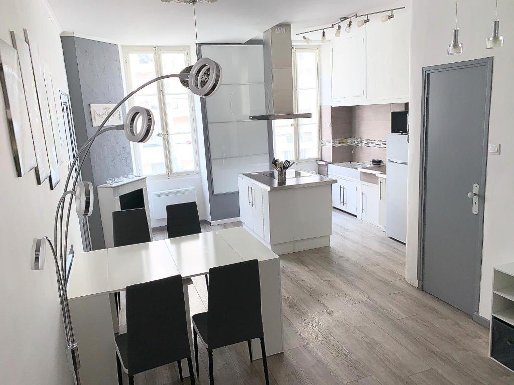 A kitchen or kitchenette at T3 à proximité de la gare Saint Charles