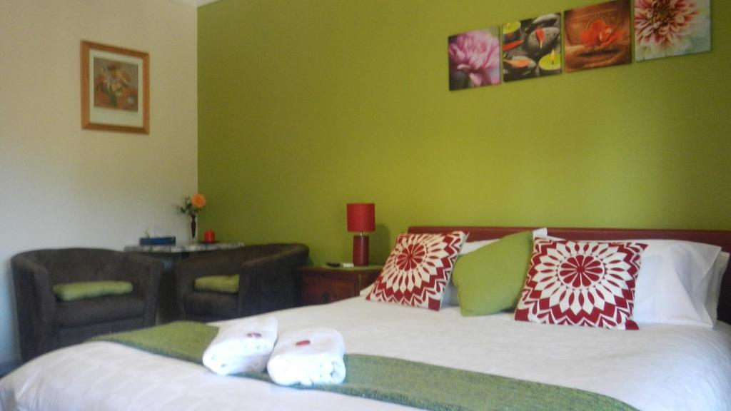 A bed or beds in a room at Avala Accommodation Daylesford