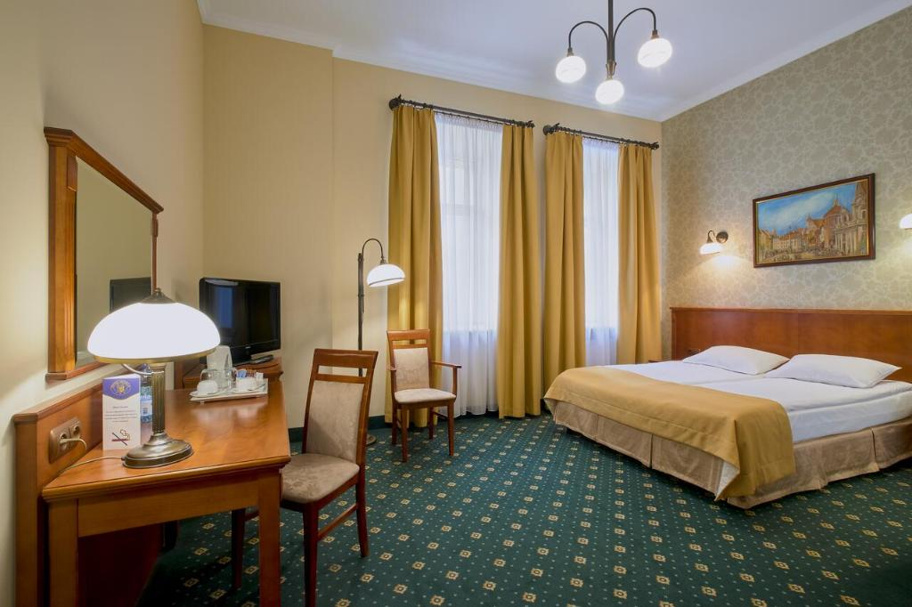 A bed or beds in a room at Hotel Hetman