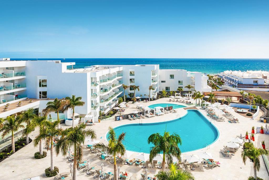 Uitzicht op het zwembad bij Hotel Lava Beach of in de buurt