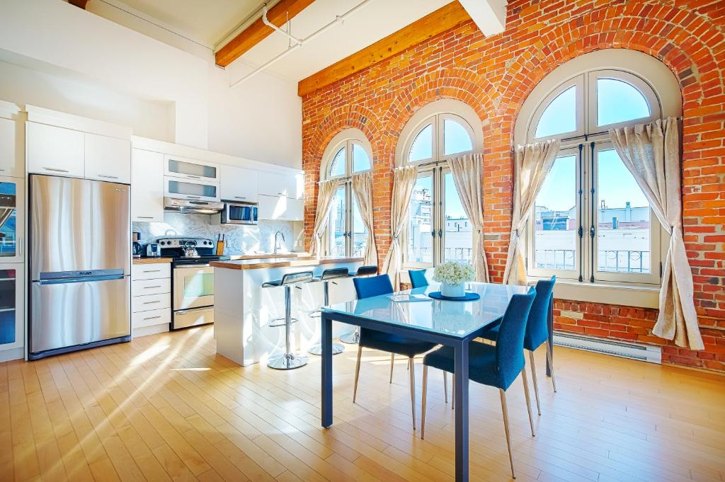 A kitchen or kitchenette at Les Lofts 1048