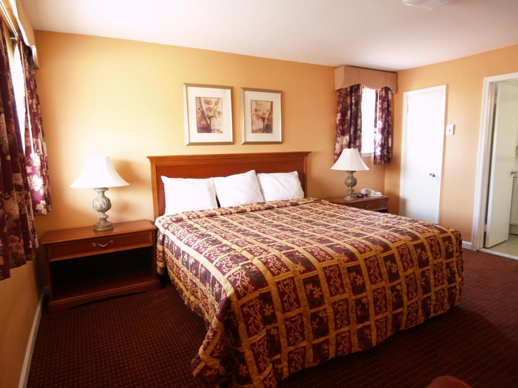 A bed or beds in a room at Parkway Inn Philadelphia Airport