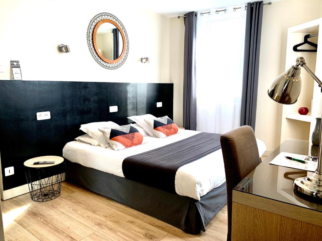 A bed or beds in a room at Hotel Jules