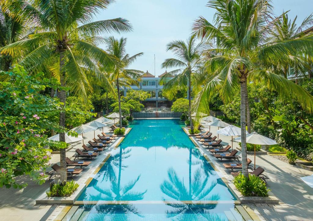 Der Swimmingpool an oder in der Nähe von Hilton Garden Inn Bali Ngurah Rai Airport