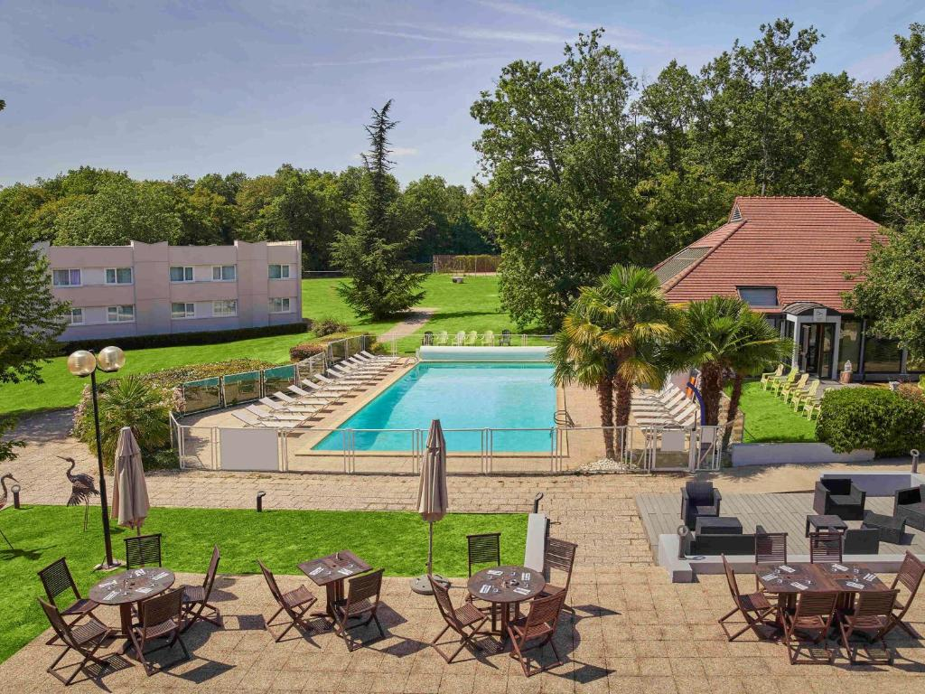 A view of the pool at Novotel Fontainebleau Ury or nearby