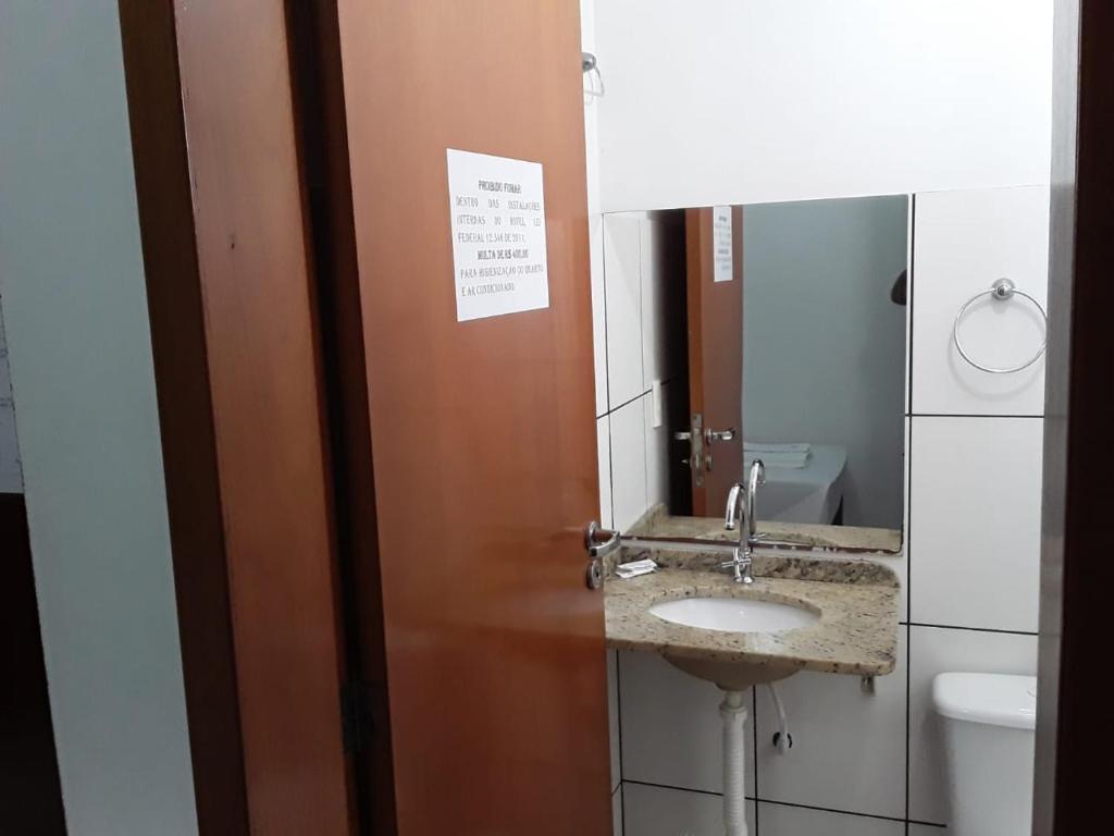 Um banheiro em Hotel Chave de Ouro