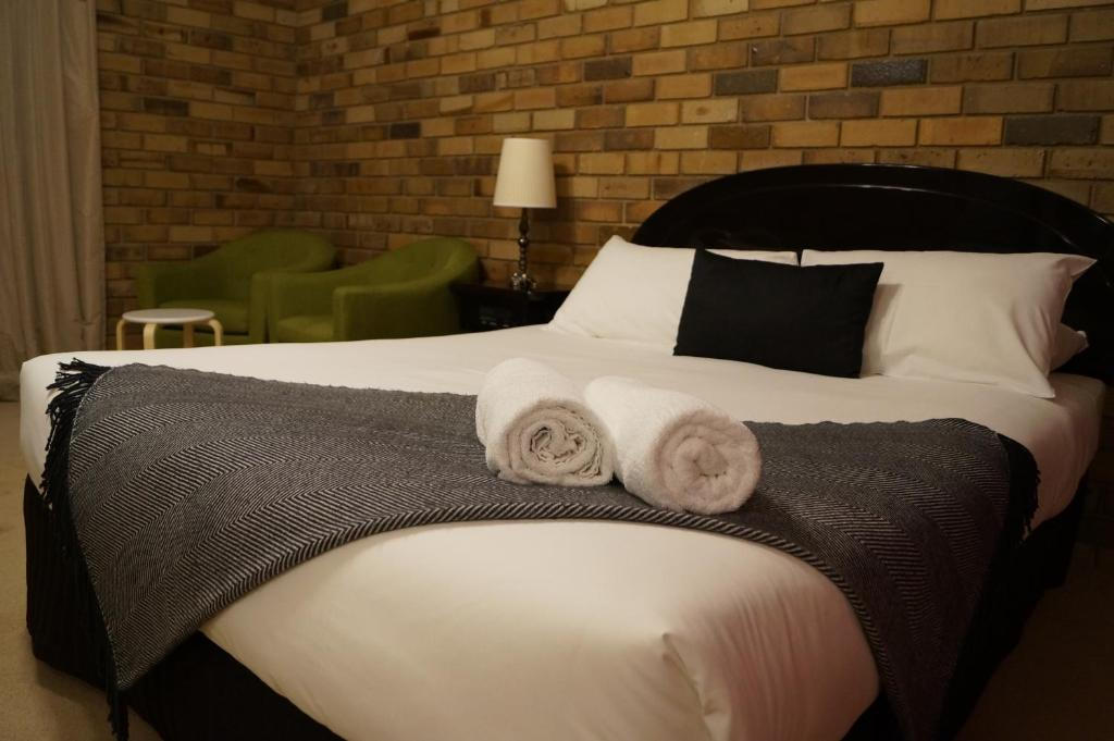 A bed or beds in a room at Magdala Motor Lodge & Lakeside Restaurant