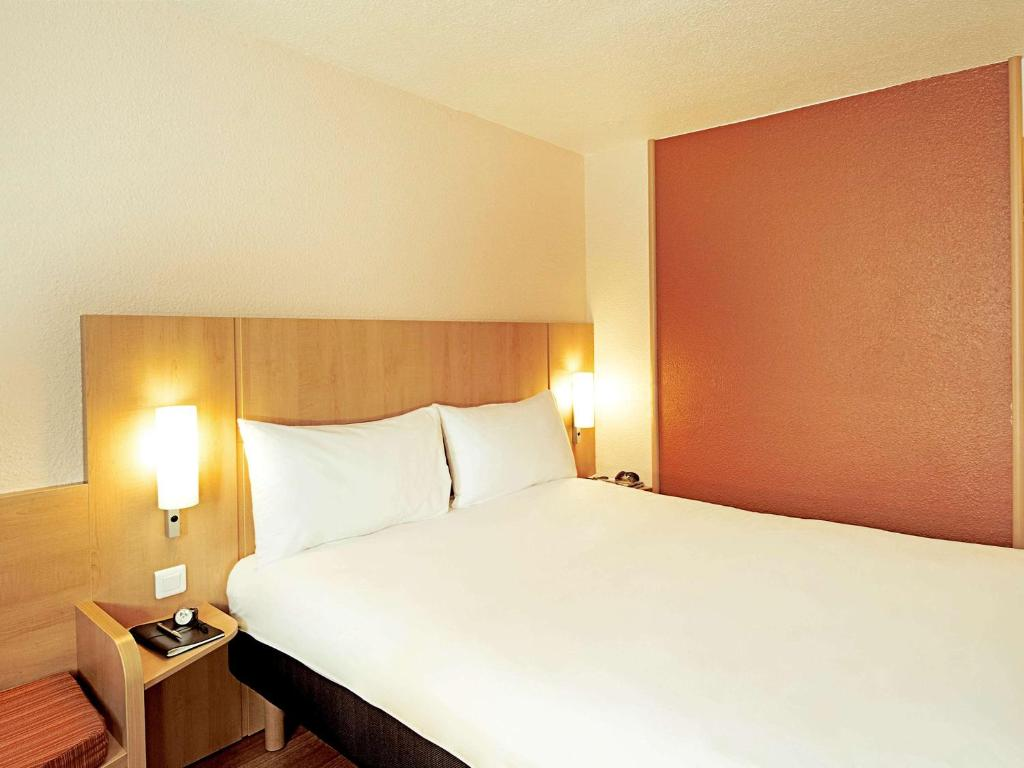 A bed or beds in a room at ibis Strasbourg Centre Historique