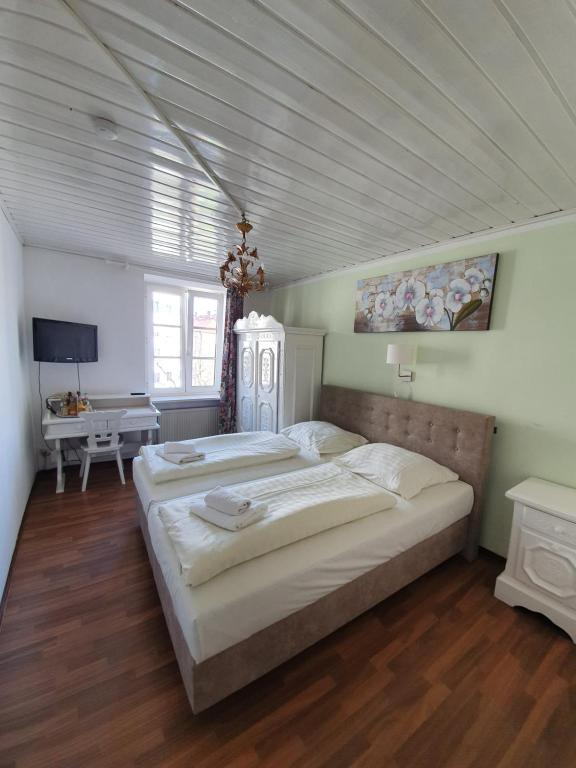 A bed or beds in a room at Pension Seibel