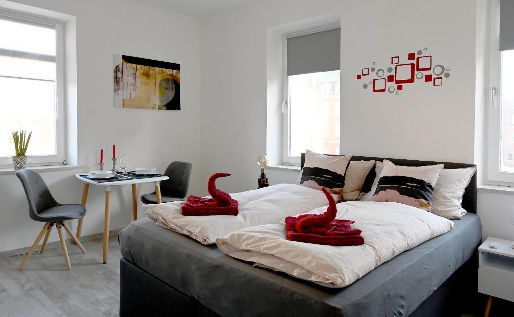 A bed or beds in a room at Gemütliches Appartement mit Netflix, Nespresso und Boxspringbett