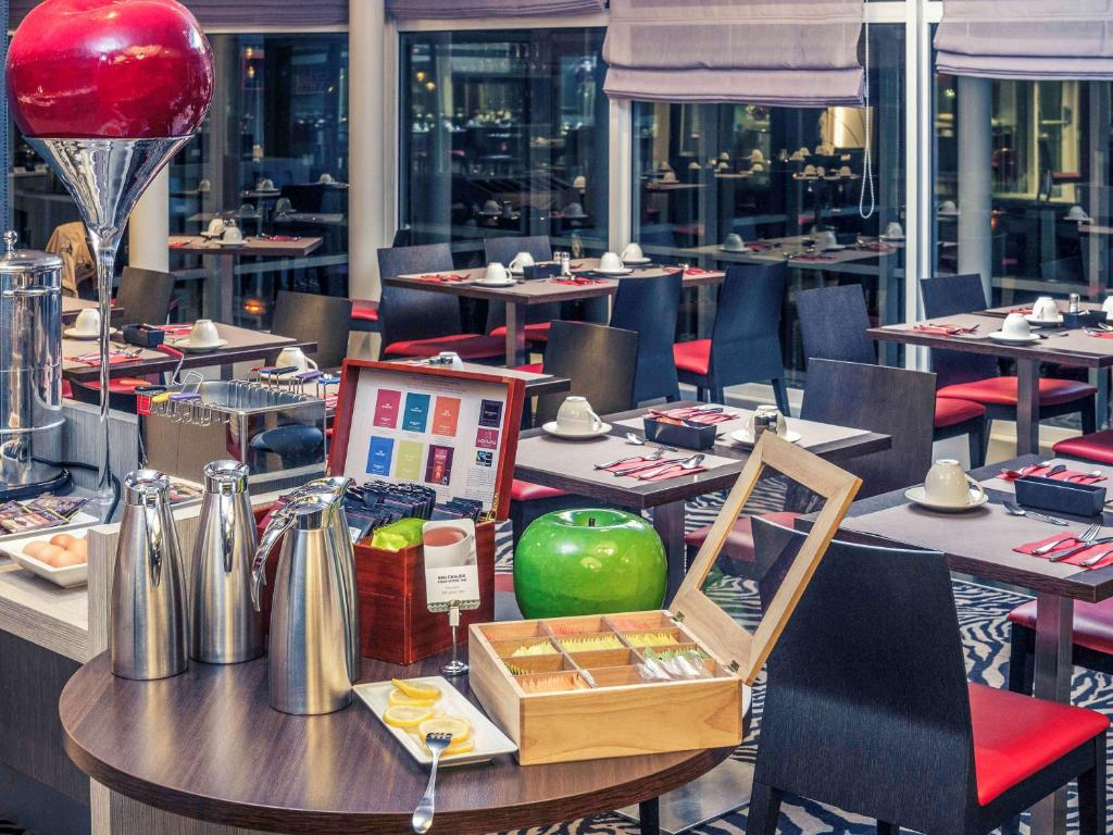 A restaurant or other place to eat at Hotel Mercure Grenoble Centre Président