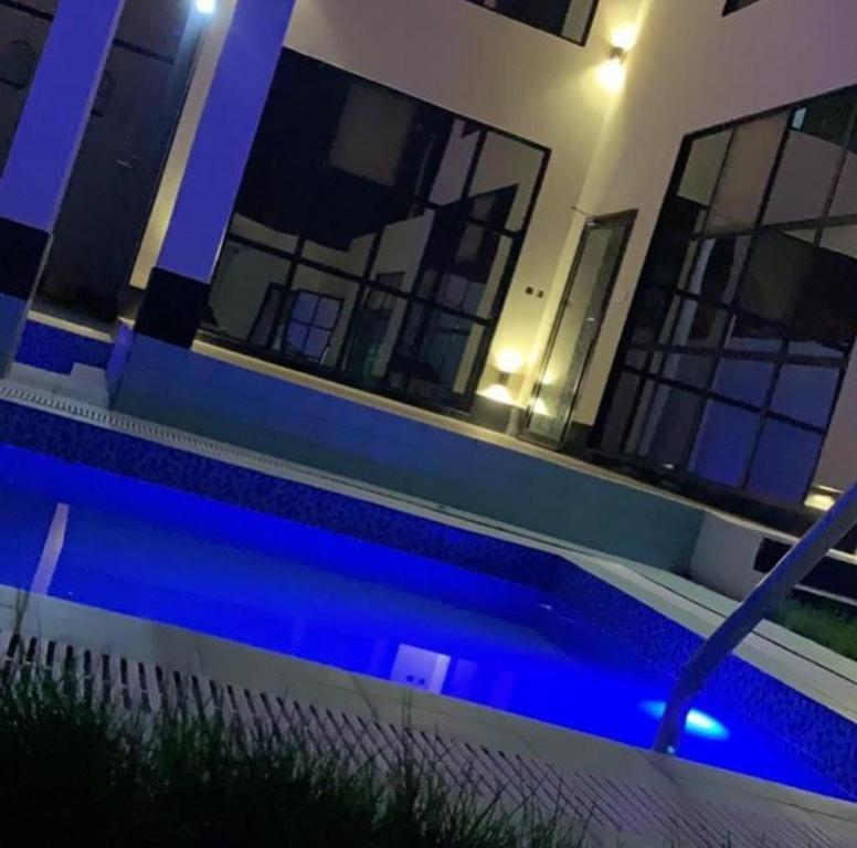 A piscina localizada em بلاتنيوم اند كي ام ou nos arredores