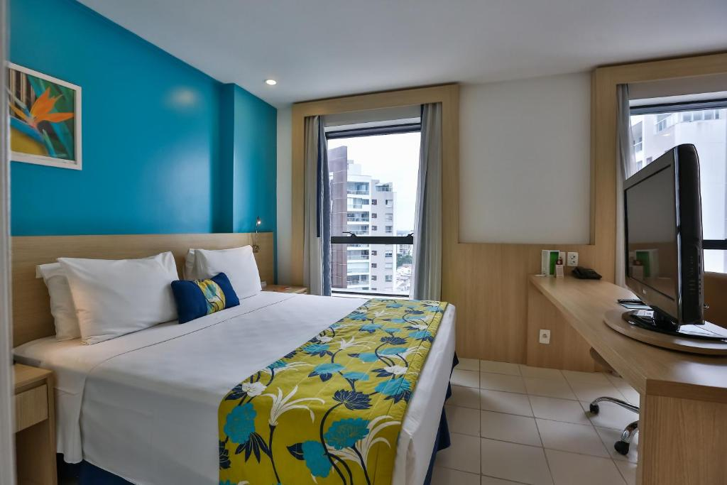 A bed or beds in a room at Quality Hotel Manaus
