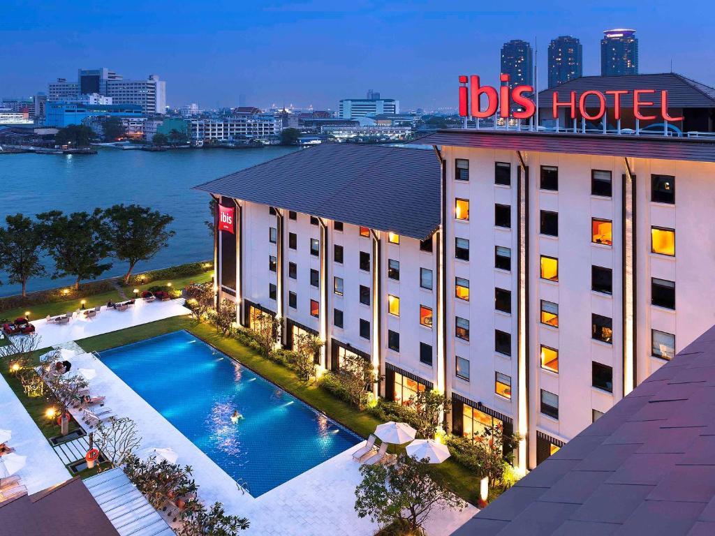 Vista sulla piscina di Ibis Bangkok Riverside o su una piscina nei dintorni
