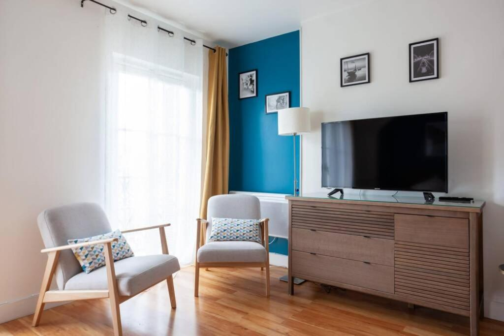 A television and/or entertainment centre at Magnifique studio avec Balcon-Vieux Port-Panier