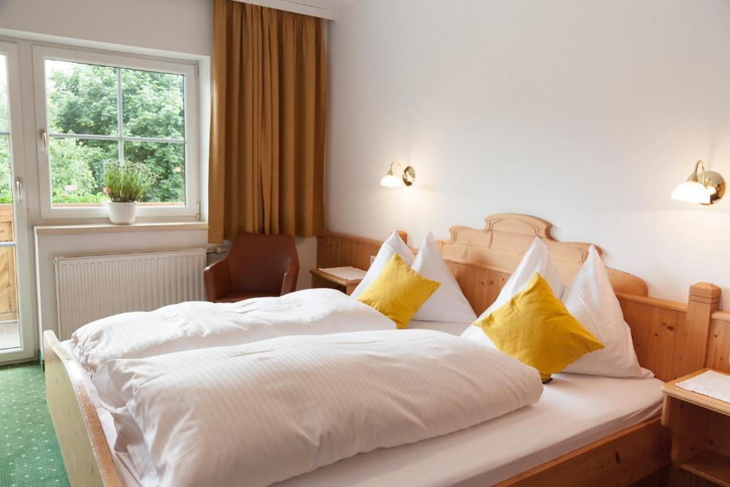 A bed or beds in a room at Urlaubsland Sonnfeld