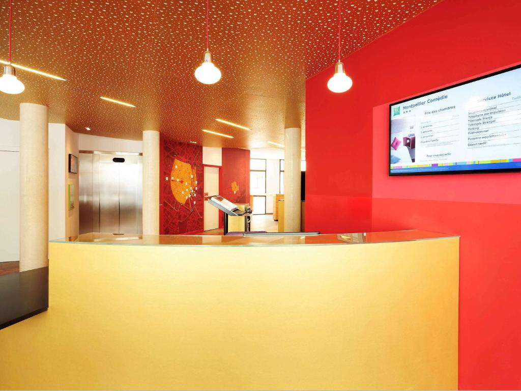 The lobby or reception area at ibis Styles Montpellier Centre Comedie