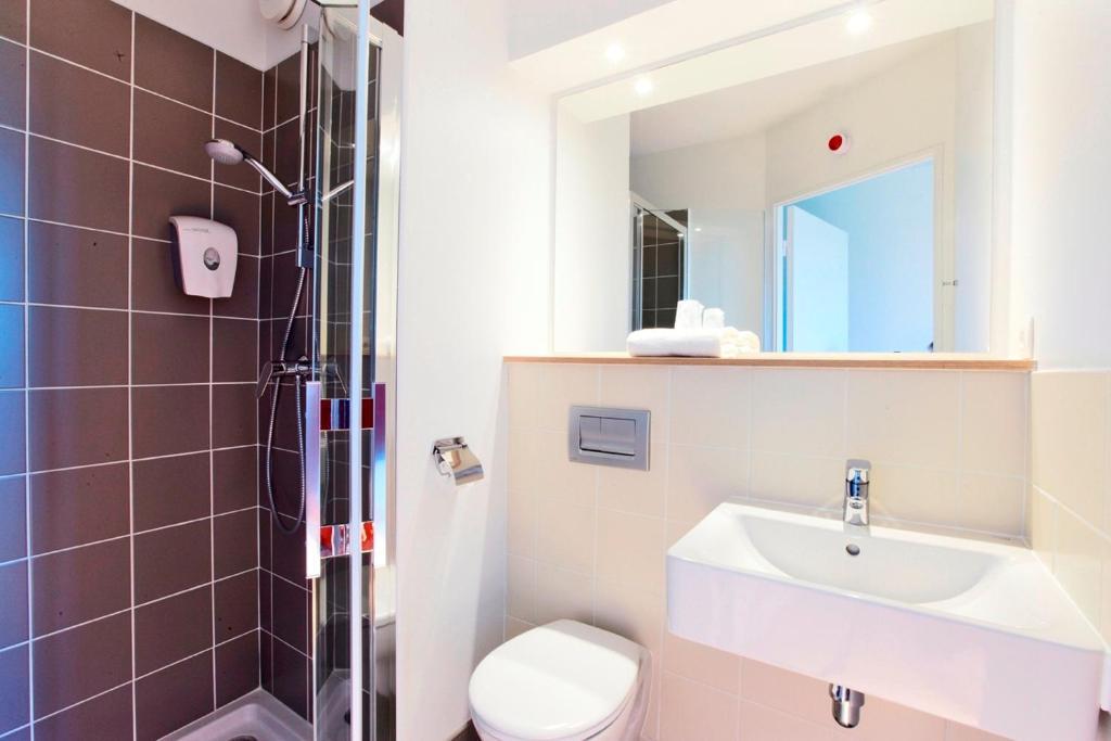 A bathroom at Premiere Classe Caen Nord - Mémorial