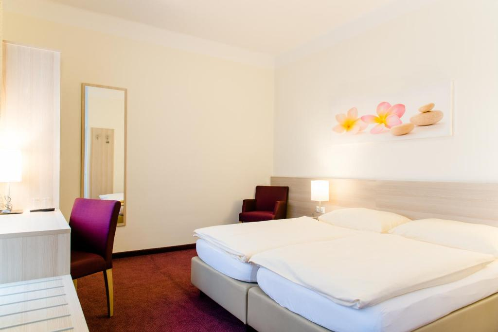 A bed or beds in a room at Hotel Pendl