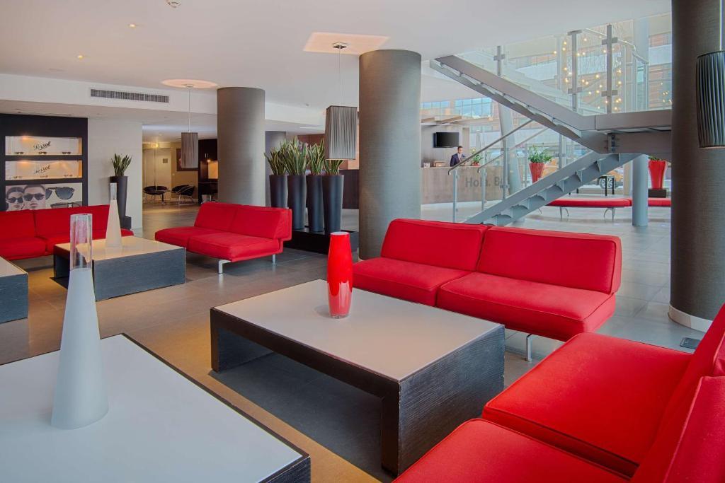 The lobby or reception area at NH Padova