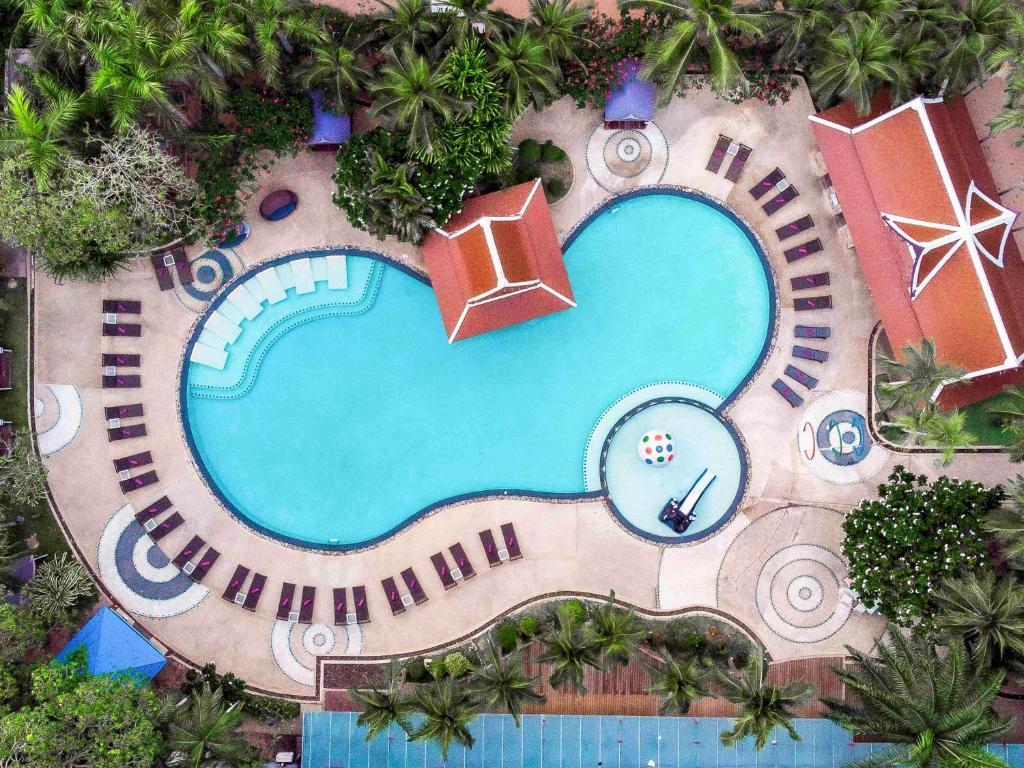 Ein Blick auf den Pool von der Unterkunft Mercure Pattaya Hotel oder aus der Nähe
