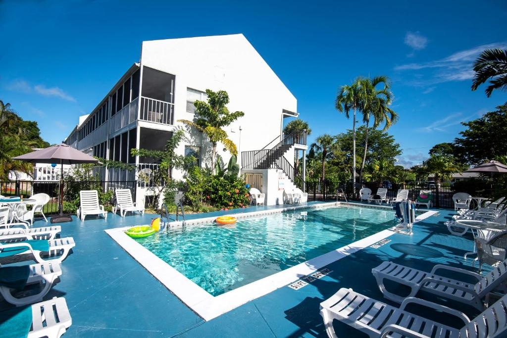 The swimming pool at or close to Marco Island Lakeside Inn