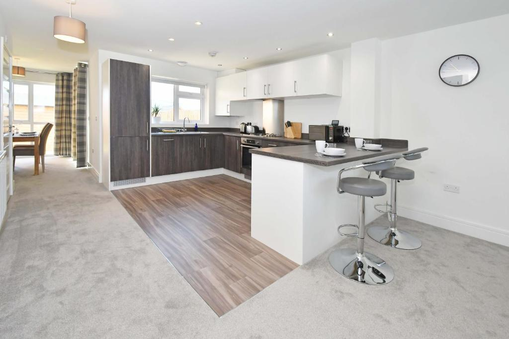 A kitchen or kitchenette at Executive City Centre Home - Regal House by True Stays