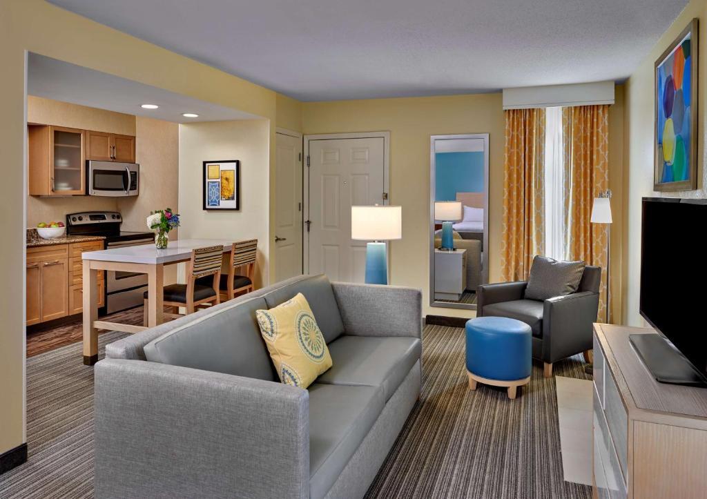 A seating area at Sonesta ES Suites Cincinnati - Sharonville West