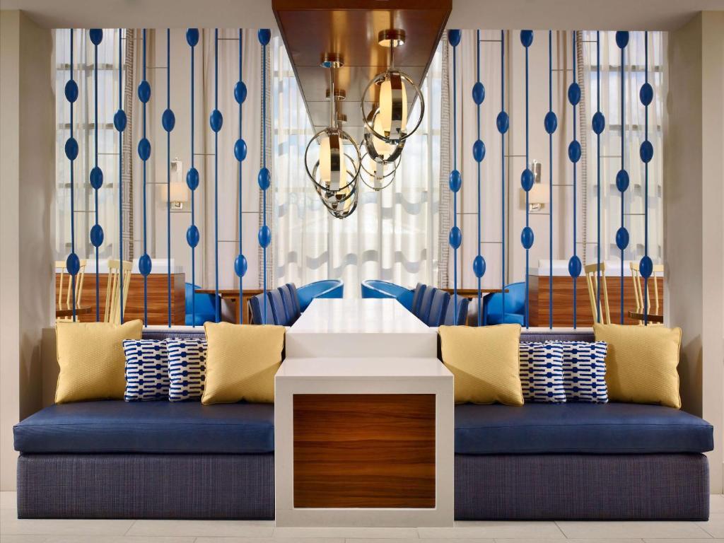 A seating area at Sonesta ES Suites Detroit Auburn Hills