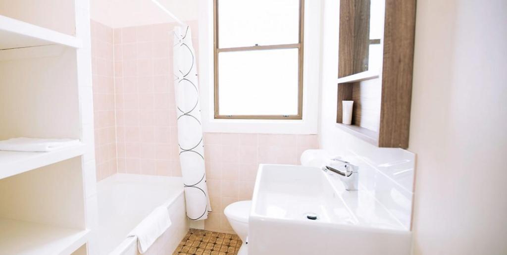 A bathroom at Hibiscus Motel
