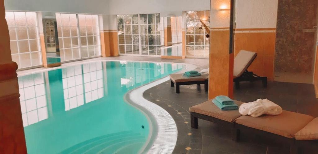 Der Swimmingpool an oder in der Nähe von Hotel Landhaus Krombach