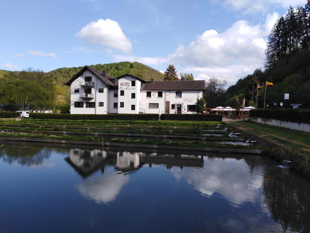 Der Swimmingpool an oder in der Nähe von Hotel-Restaurant Forellenzucht